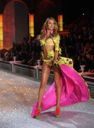 CandiceSwanepoel VS2011Show KA1